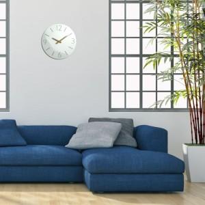 Bílé nástěnné hodiny do ložnice s dřevěnými ručičkami