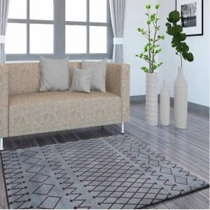 Tmavě šedý koberec s jemnými vzory