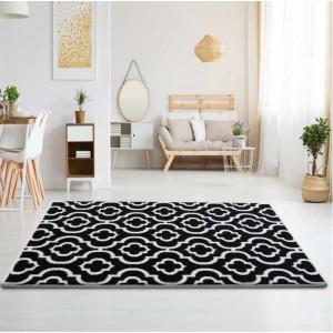 Kvalitní koberec v černé barvě s bílým ornamentem