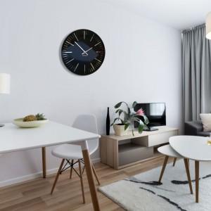 Elegantní lesklé hodiny do obývacího pokoje v černé barvě