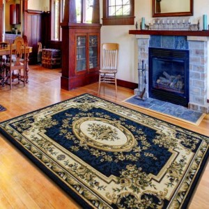 Luxusní koberec tmavě modré barvy s květinovým motivem