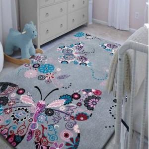 Šedý koberec pro děti s motýlem