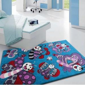 Kusový koberec tyrkysové barvy s obrázky motýlů