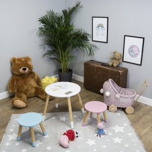 Jednoduchý dětský stolek se židlemi