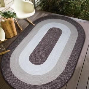Oválný koberec hnědé barvy na terasu