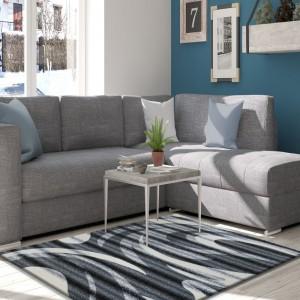 Šedý kusový koberec do obýváku s pruhovaným motivem