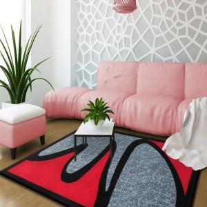 Originální šedě červený koberec v moderním stylu