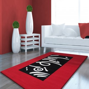 Kusový koberec s červeným lemem