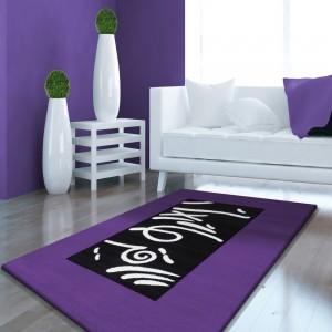 Moderní koberec ve fialové barvě