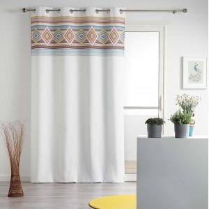 Stylové bílé závěsy do obýváku s barevným detailem