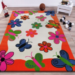 Oranžový koberec s motýlky a kvítky