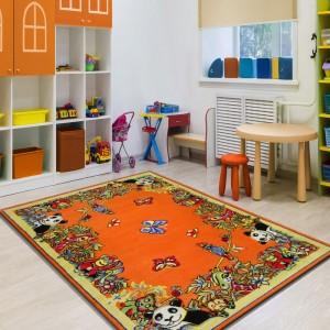 Krásný dětský koberec v zářivé oranžové barvě se zvířátky