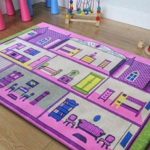 Růžový koberec do dívčího pokoje s motivem domku