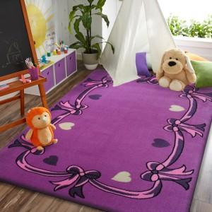 Krásný dětský koberec fialové barvy s mašličkami