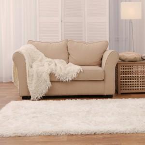 Krásný bílý koberec s dlouhým vlasem
