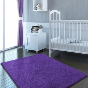 Fialový koberec bez vzoru