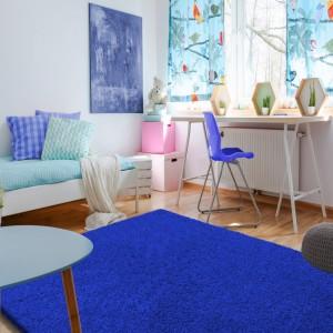 Krásný koberec v královské modré barvě