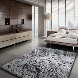 Hnědý koberec s exkluzivním vzorem
