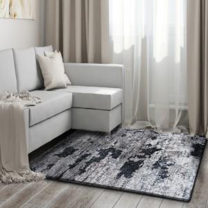 Kusový koberec v hnědé barvě do ložnice