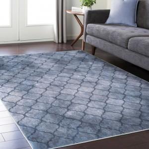 Kvalitní šedý koberec s jemným ornamentem