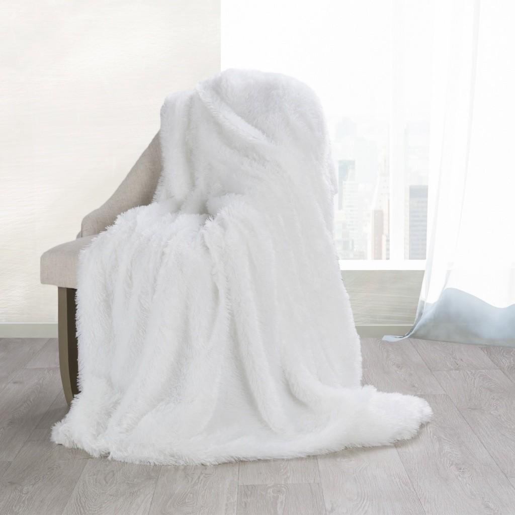 Příjemně měkká deka bílé barvy