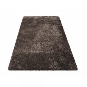 Moderní chlupatý koberec v hnědé barvě
