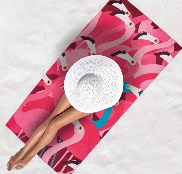 Růžová osuška na pláž s plameňáky