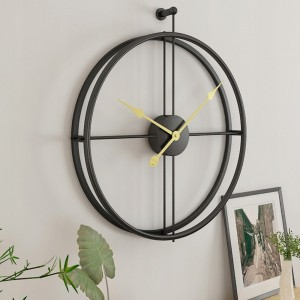 Moderní kovové hodiny černé barvy se zlatými ručičkami