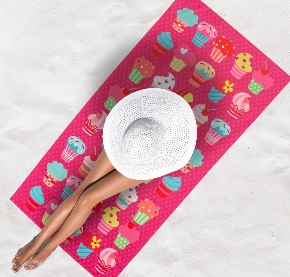 Růžová osuška na pláž s motivem muffinů