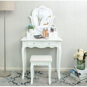 Toaletní stolek se zrcadlem ve tvaru srdce