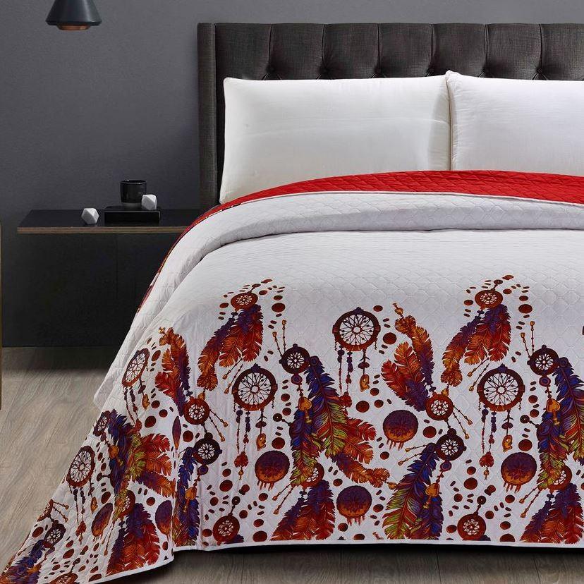 Prošívaný přehoz červené barvy s motivem lapače snů
