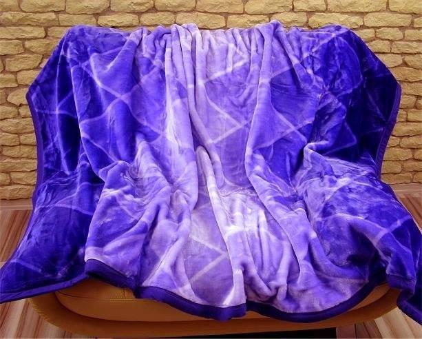 Moderní deky tmavě fialové barvy