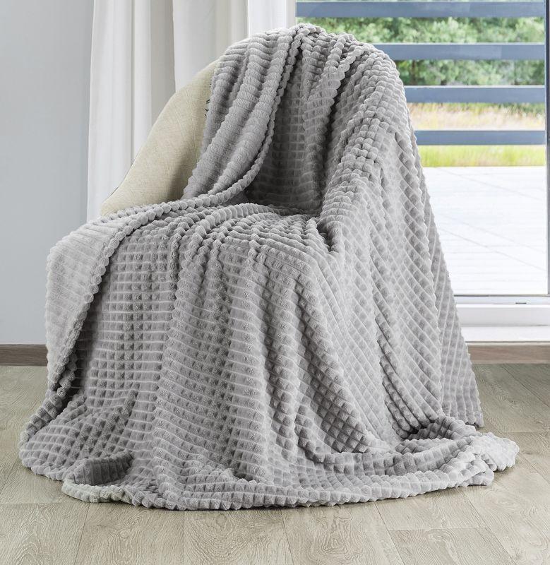 Hřejivá hrubá deka z mikrovlákna v šedé barvě se vzorem