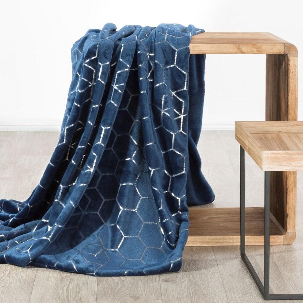 Krásná tmavě modrá deka z mikrovlákna s módním stříbrným vzorem