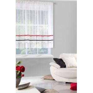 Krásná krátká krémová záclona ozdobena dekorativními barevnými pruhy