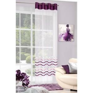 Luxusní krémová záclona do obýváku ozdobena fialovou látkou a pruhy