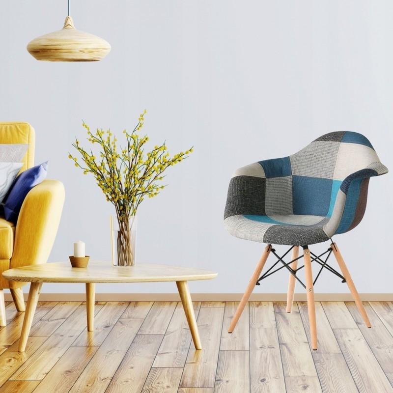 Modrá čalouněná židle v skandinávském stylu