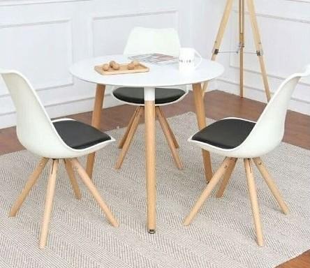 Elegantní bílá židle s černým podsedákem