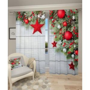 Krásný vánoční závěs s červenými vánočními ozdobami