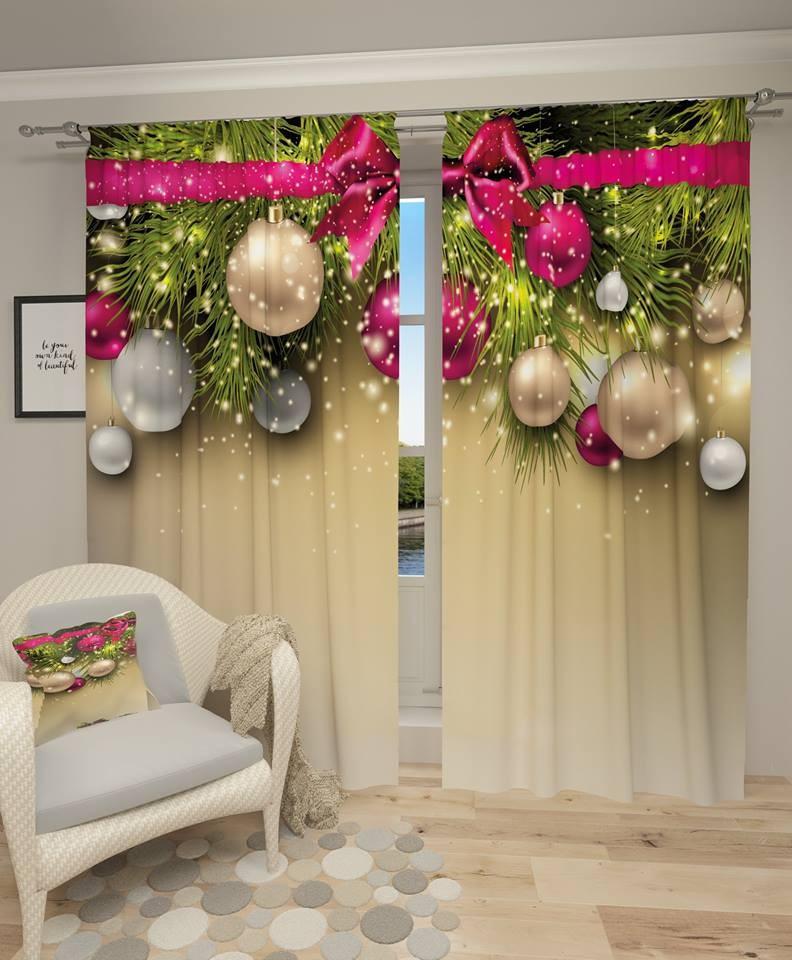 Krémový závěs s vánočními ozdobami a růžovou mašlí