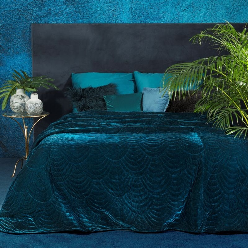 Luxusní tmavě modrý jednobarevný přehoz na postel s módním prošitím