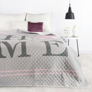 Moderní přehoz na postel šedé barvy s jemným prošíváním