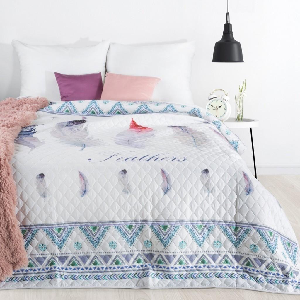 Bílý přehoz na postel s potiskem barevných pírek