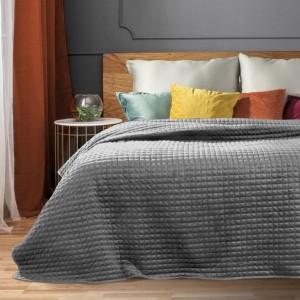 Světle šedý jednobarevný prošívaný přehoz na postel