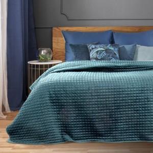 Jednobarevný azurově modrý prešívný přehoz na postel