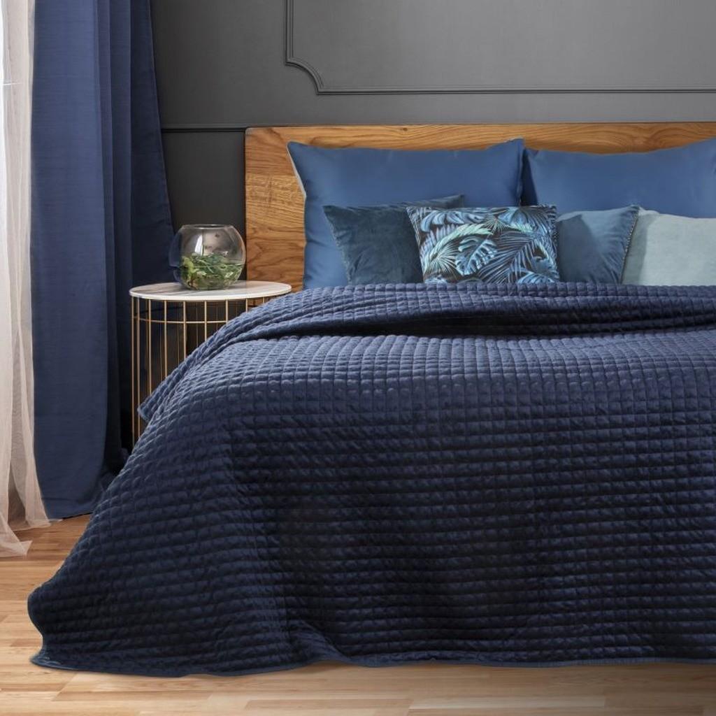 Krásný tmavě modrý přehoz na postel s módním prošitím