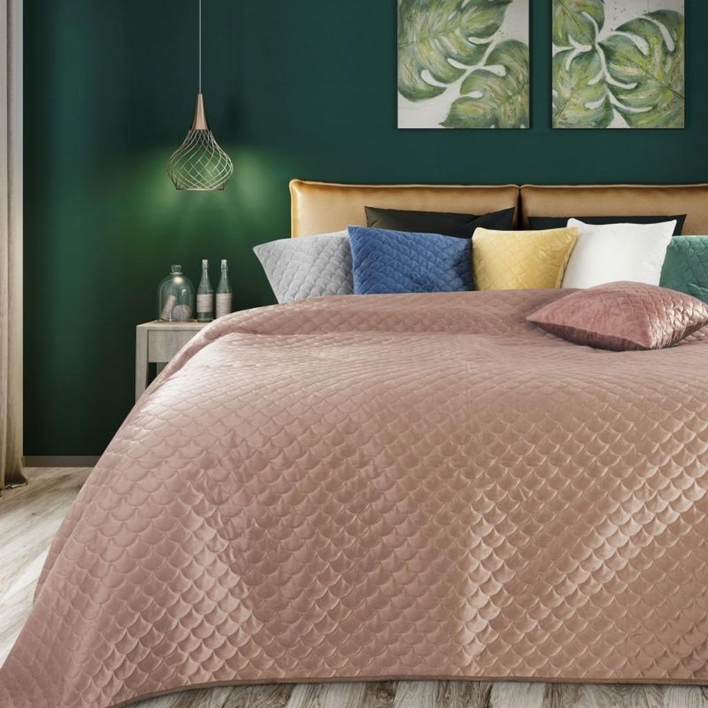 Pudrově růžový prošívaný přehoz na postel