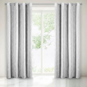 Světle šedý dekorační závěs do ložnice