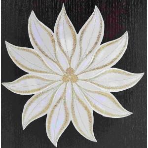 Elegantní vánoční prostírání bílo zlaté v podobě květu