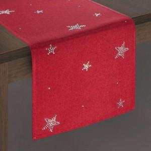 Krásný červený vánoční běhoun na stůl s ozdobnými hvězdami